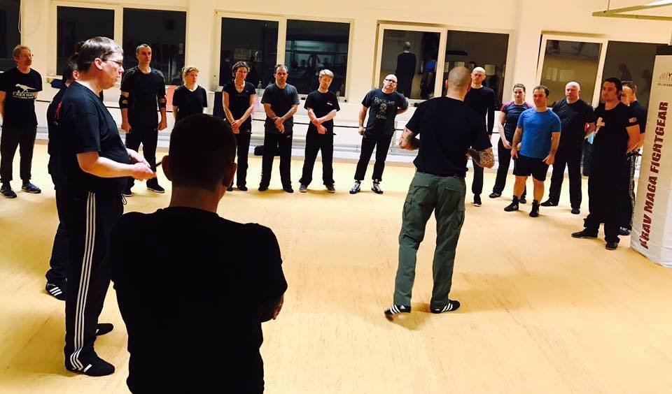 Mixed Seminar zum Thema Military Knife Fighting & Krav Maga Defenses- vorführung