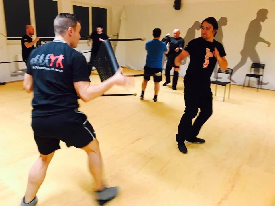 Mixed Seminar zum Thema Military Knife Fighting & Krav Maga Defenses - Stuhl verteidigung 2