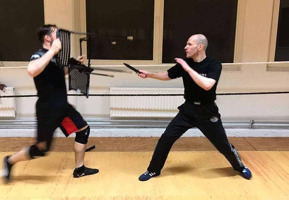 Mixed Seminar zum Thema Military Knife Fighting & Krav Maga Defenses - Stuhl verteidigung